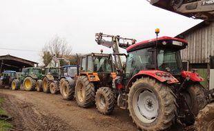 Les tracteurs protégeant symboliquement la ferme de Marcel Thebault mercredi 27 janvier 2016.