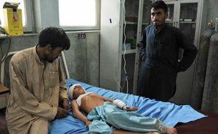 Une explosion dans un cimetière de l'est de l'Afghanistan a tué 14 femmes et enfants jeudi, ont déploré les autorités locales, alors que le pays célébrait l'Aïd el-Fitr qui marque la fin du mois du jeûne du Ramadan.