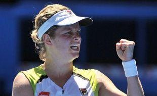 Kim Clijsters, tête de série N.11 et tenante du titre, n'a laissé aucune chance à la Danoise Caroline Wozniacki, battue en quarts de finale de l'Open d'Australie en deux sets 6-3, 7-6 (7/4) et qui va perdre sa place de N.1 mondiale, mardi à Melbourne.