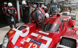Des mécaniciens à l'oeuvre sur la Rebellion R-One No13 , avant le lancement des 24H du Mans 2015