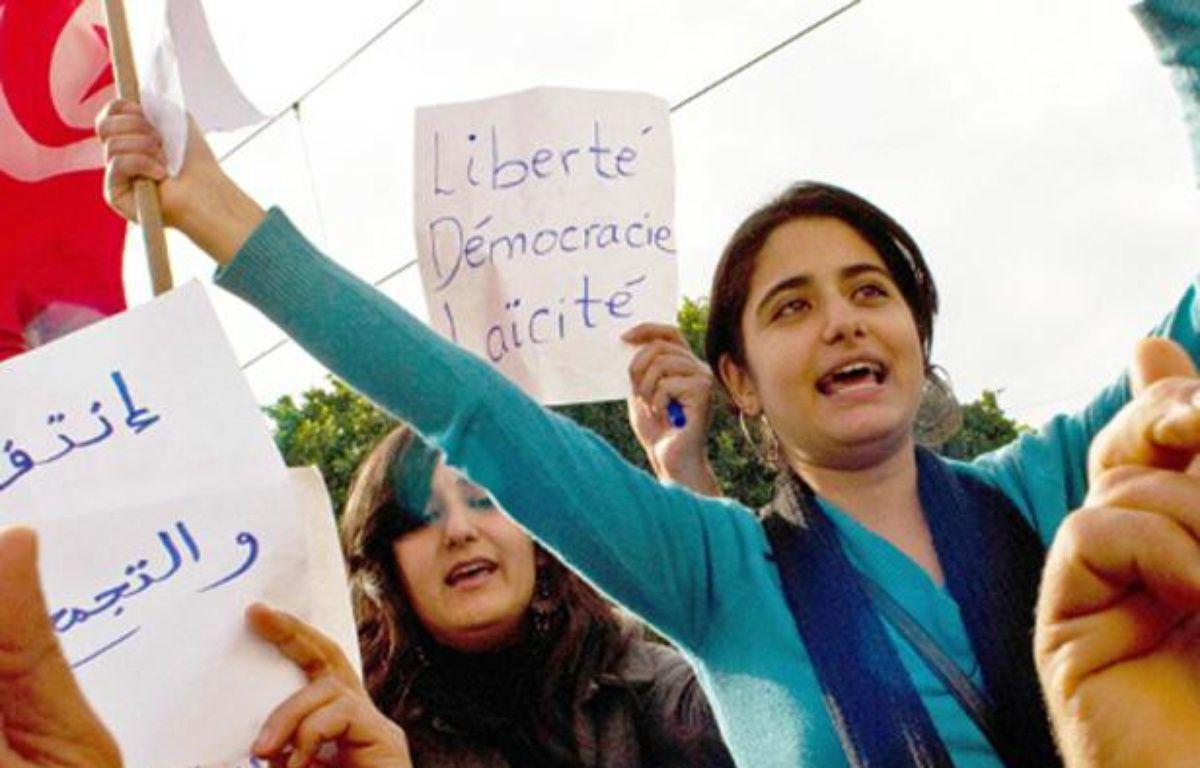 Des manifestantes contre le président Ben Ali à Tunis, en Tunisie, le 19 janvier 2011. – Credit:HALEY/SIPA