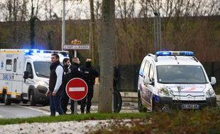 Les secours et la police près de l'endroit où un homme a poignardé des passants, le 3 janvier 2020 à Villejuif.