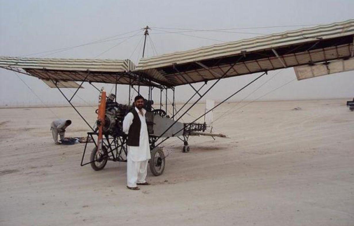 """Pourquoi s'embarrasser de technologie avancée quand un peu de liège, quelques pousses de bambou et des moteurs de tronçonneuses font l'affaire ? Zemaraï Elali est, grâce à ses talents de bricoleurs, à la tête d'une flotte de cinq drones """"made in Afghanistan"""", à vocation 100% pacifique – AFP afp.com"""