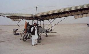"""Pourquoi s'embarrasser de technologie avancée quand un peu de liège, quelques pousses de bambou et des moteurs de tronçonneuses font l'affaire ? Zemaraï Elali est, grâce à ses talents de bricoleurs, à la tête d'une flotte de cinq drones """"made in Afghanistan"""", à vocation 100% pacifique"""