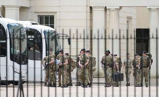 Des soldats britanniques quittent leur caserne de Wellington à Londres le 24 mai 2017.