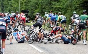 Une chute au milieu du peloton, avec notamment Haimar Zubeldia et Tejay Van Garderen, lors de la 7e étape du Tour de France, le vendredi 11 juillet 2014.