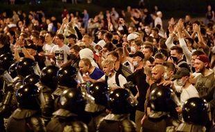 Des manifestants affrontent les forces de l'ordre à Minsk le 9 août 2020.