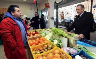 """François Bayrou, candidat du MoDem à l'Elysée, a estimé mardi que la nouvelle hausse du chômage imposait à """"toutes les forces du pays"""" de faire du """"produire en France"""" une """"priorité"""", seul à même de """"rendre l'emploi et le pouvoir d'achat aux Français""""."""