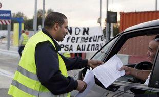 Une centaine de salariés de l'usine PSA d'Aulnay-sous-Bois, promise à la fermeture, ont de nouveau laissé passer gratuitement pendant une heure les automobilistes au péage autoroutier de Senlis (Oise) dimanche soir, a constaté une journaliste de l'AFP.