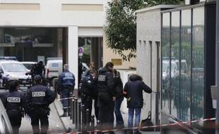 Des policiers devant l'école Alain-Fournier, dont la directrice a été poignardée, le 19 février 2015