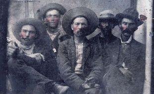 La photo de Billy the Kid (deuxième en partant de gauche) et Pat Garrett (à l'extrême droite)