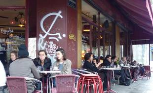 Malgré les attentats du 13 novembre dernier et malgré l'interdiction des manifestations de voie publique par la préfecture de Paris, la terrasse du bar Chez Prune (10e) restait bien fournie ce jeudi 19 novembre.
