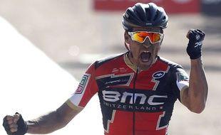 Greg Van Avermaet célèbre sa victoire après avoir franchi la ligne d'arrivée du 115e Paris-Roubaix, dimanche 9 avril 2017.