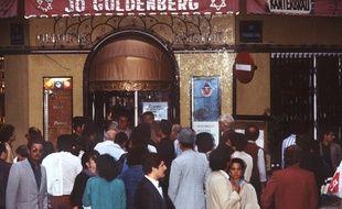 Des badauds le 11 août 1982 devant le restaurant Jo Goldenberg de la rue des Rosiers à Paris, pris pour cible d'un attentat deux jours plus tôt qui a fait six morts et 22 blessés.
