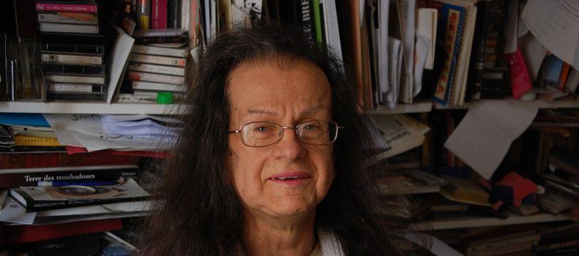 Hélène Hazera, journaliste et productrice trans se bat contre l'Assurance retraite et l'Assurance maladie car elle a cotisé sous deux numéros, l'un commençant par un 1, pour les hommes, l'autre par un 2 après sa transition. Et ce changement lui pose problème maintenant qu'elle est à la retraite.