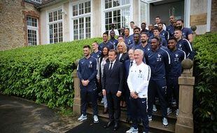 Emmanuel Macron, Président de la Republique, Didier Deschamps, entraîneur de l'équipe de France de Football, et les joueurs de l'équipe de France à Clairefontaine, le 5 juin 2018.