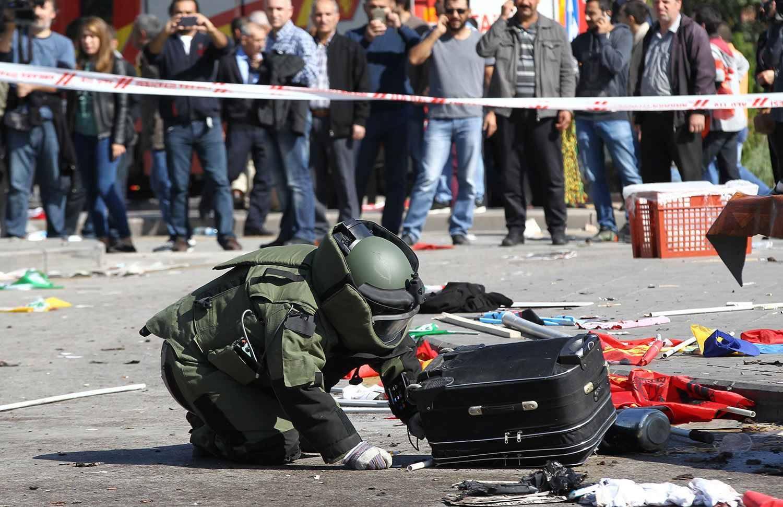 http://img.20mn.fr/4yygACK_SJ6JKjSIM4ILqw/2048x1536-fit_demineur-examine-valise-abandonnee-pres-lieu-double-explosion-survenue-ankara-10-octobre-2015.jpg
