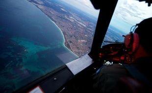 Un avion de l'armée de l'air australienne de retour d'une mission de recherche de 11 heures, en vue des côtes de l'Australie au niveau de Perth, le 24 mars 2014