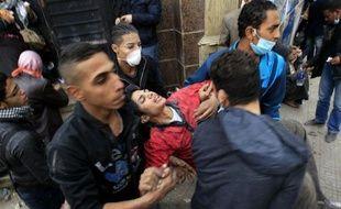De nouveaux affrontements ont éclaté vendredi en Egypte entre policiers et manifestants réclamant le départ du pouvoir militaire, dans une fraîche flambée de violences après le drame du match de football meurtrier à Port-Saïd.