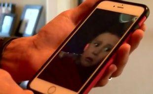 Delbert Latham montre la vidéo de son fils glissant du grand huit.