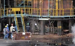 Des policiers inspectent l'usine de Total Petrochemicals à Carling (Moselle) après l'explosion qui y a eu lieu le 15 juillet 2009.