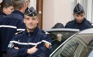La compagne du suspect du meurtre d'Océane entourée de policiers, le 10 novembre 2011, après une perquisition à son domicile.