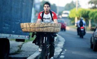 Un vendeur de pain à vélo à San Salvador le 8 octobre 2015