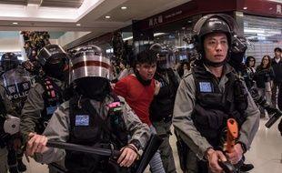 La police anti-émeute arrête un manifestant, dans un centre commercial de Sheung Shui, à Hong Kong, le 28 décembre 2019.