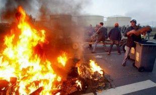 """Plusieurs centaines de pêcheurs ont fortement perturbé lundi matin les accès aux ports de Brest, Douarnenez (Finistère), Lorient (Morbihan), une """"démonstration de force"""" destinée à obtenir de l'Etat des mesures face à l'envolée des prix du gazole."""