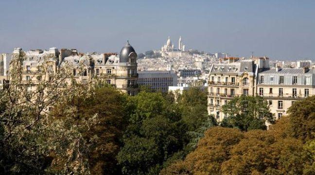 Montmartre et la Basilique du Sacre-Coeur vus depuis le Parc des Buttes Chaumont, à Paris. – ANGOT/SIPA