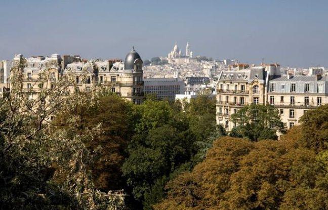 Montmartre et la Basilique du Sacre-Coeur vus depuis le Parc des Buttes Chaumont, à Paris.
