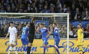 Les Français encaissent un deuxième but face à l'Islande, le 11 octobre 2018 à Guingamp.