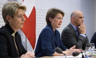 La présidente de la confédération suisse, Simonetta Sommaruga (au centre), et le conseiller fédéral Alain Berset, le 16 mars 2020 à Berne.