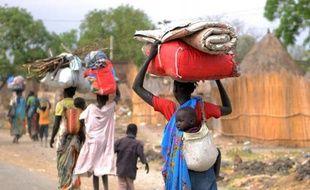 Des civils déplacés marchent vers un camp de l'ONU à Malakal au Soudan du Sud, le 12 janvier 2014