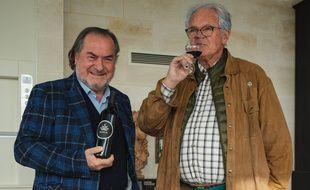 Les oenologues Michel Rolland (à gauche) et Alain Raynaud, lors de la dégustation du Burdi W, premier vin de Bordeaux au cannabis.