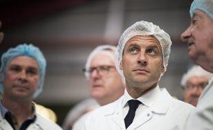 Emmanuel Macron lors d'une visite dans l'entreprise agroalimentaire SILL, à Plouvien dans le Finistère, le 20 juin 2018.