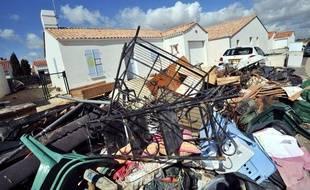 Du mobilier est entassé devant une maison du quartier pavillonaire «Les  Voiliers» à la  Faute-sur-Mer, après le  passage de la tempête Xynthia, le 7 avril 2010.