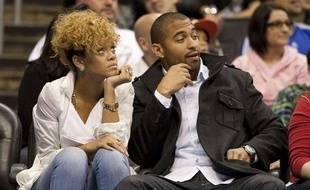 La chanteuse Rihanna et son petit ami, le joueur de baseball des Los Angeles Dodgers Matt Kemp, lors d'un match de basket, à Los Angeles, le 16 janvier 2010.