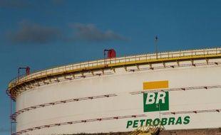 La compagnie pétrolière brésilienne Petrobras a annoncé samedi la vente pour 2,1 milliards de dollars (1,58 milliard d'euros) d'actifs dans le Golfe du Mexique dans le cadre de son plan de désinvestissement visant à accroître ses ressources financières.