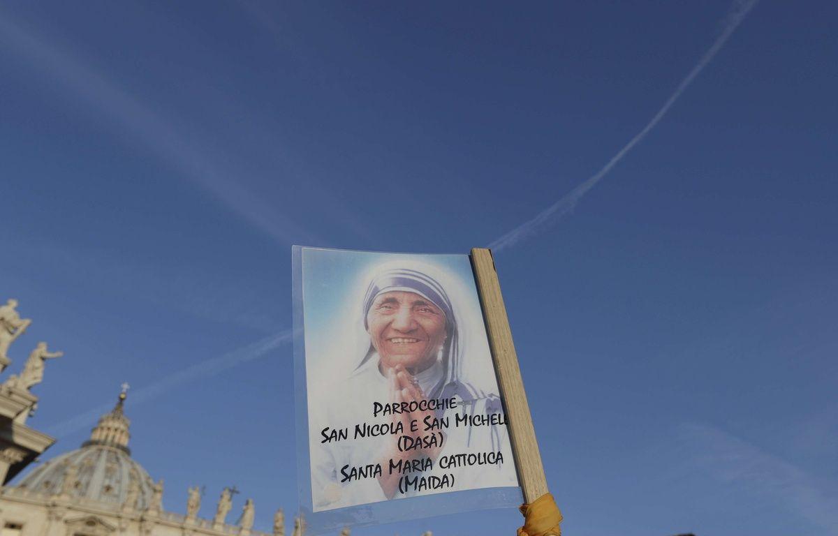 Une photo de mère Teresa, place Saint-Pierre à Rome.  – Alessandra Tarantino/AP/SIPA