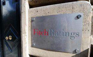 Le logo de l'agence de notation Fitch sur la porte d'entrée du siège à Paris