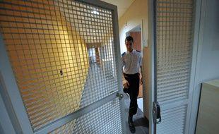 Un policier travaille au centre de rétention  administrative (CRA) de Bordeaux, situé au sein du commissariat central,  le 3 Mai 2011, à la suite à sa réouverture après d'importants travaux de  réhabilitation.
