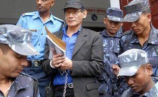 Le tueur en série français Charles Sobhraj (C) est emmené par les policiers népalais à sa sortie du tribunal de Katmandou, le 18 août 2008.