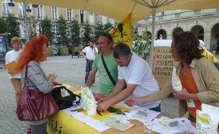 Les membres de la Confération Paysanne ont distribué du lait ce mardi midi sur la place de la mairie à Rennes.