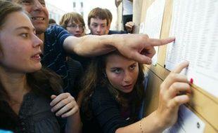 Des cris de joie et des pleurs. Dès 9 heures du matin, des dizaines d'élèves étaient massés devant le lycée Ampère-Bourse (2e), àLyon, pour découvrir leurs résultats au baccalauréat.