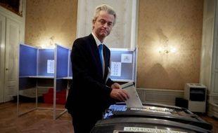 Le parlementaire du parti populiste Geert Wilders vote à La Haye le 18 mars 2015 pour les élections provinciales