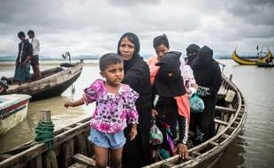 Des Rohingyas rejoignant le Bangladesh en bateau.