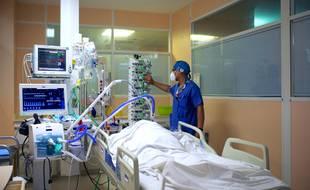 Sur les sept derniers jours, quelque 5.200 nouvelles hospitalisations Covid sont survenues, contre quelque 4.500 relevées en une semaine le week-end précédent.