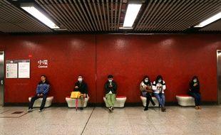 Des passagers d'un aéroport à Hong Kong dimanche 26 janvier 2020.
