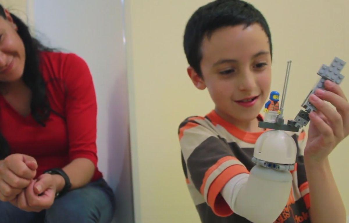 Un ingénieur colombien a mis au point une prothèse, destinée aux enfants amputés, dont la main peut être personnalisée grâce à des Lego – Capture d'écran - Vimeo